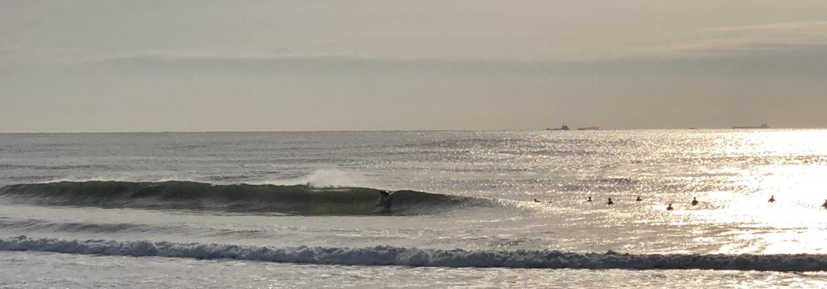 国府の浜でのサーフィン